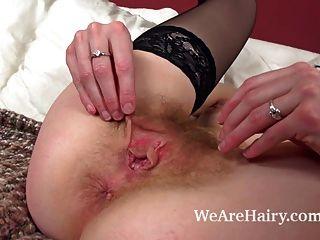 haarige Mädchen josselyn mit glatten Dildo masturbiert