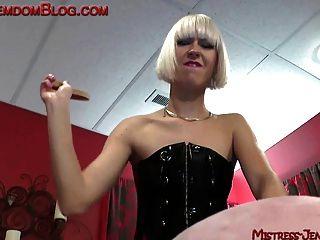blond brutal Domina straft männlichen Sklaven