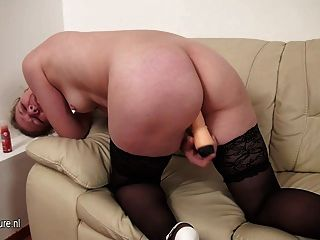 reife Schlampe Mama liebt es, auf der Couch zu spielen