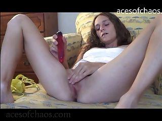 Hailey fickt sich mit einem lila Dildo zum Orgasmus