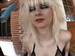 salope blonde suce deux mecs
