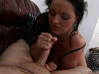 nette Schlampe masturbiert ein asiatischer Kerl bis er ejakuliert