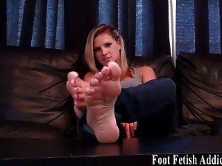 Saugen Sie auf meinem perfekten weißen Zehen