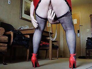 Sissy ray in roten Minirock und schwarze Netzstrümpfe