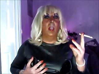 Chrissie rauchen und in schwarzem PVC vor der Webcam Wichsen