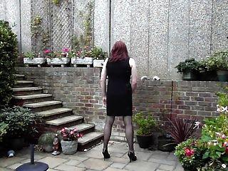 freundlich Kleid trannie - im Garten Wichsen