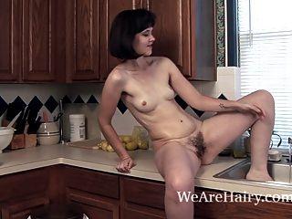 Kelly Jones nutzt die Küche sehr schmutzig zu machen