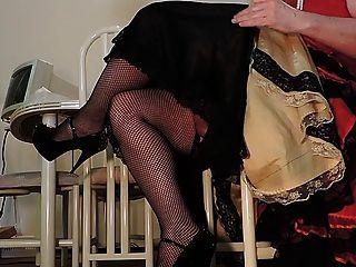Sissy ray im roten Kleid und Netzstrümpfe