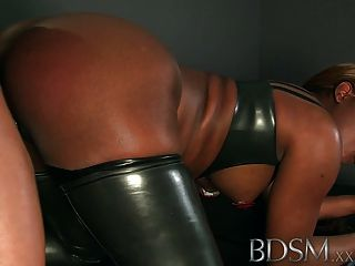 bdsm xxx in Käfigen gehalten und gefesselten Sklaven eine gute Slapping bekommen