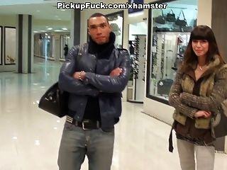 braun Cutie saugt Schwänze in der Mall