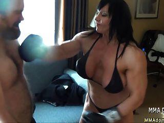 gemischte Box- Muskel heißes Mädchen Beatdowns