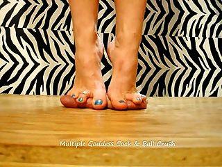 zwei Göttinnen springen und am ganzen Schwanz und Bälle mit Füßen treten!