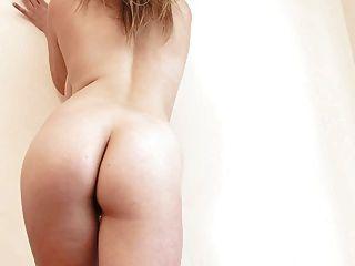 Saphir masturbiert im Bett sexy Heels