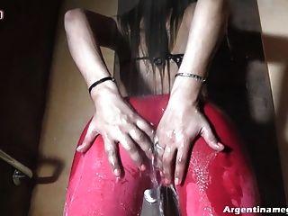 Runde Amateur Arsch und süße cameltoe, mit Kleidung Duschen