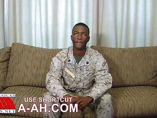 Hunky Marine Mann mit spezialisierten Job