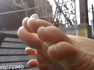 offen Füße und Sohlen im Park
