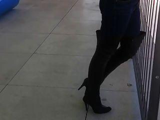 Frau versucht, Oberschenkel hohe Stiefel in der Öffentlichkeit