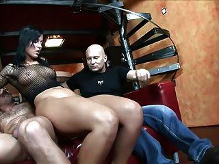 Sex auf einem roten Sofa