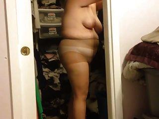Frau setzen sich auf ihrem Höschen Hacken, schwarzen Gürtel über bbw Körper