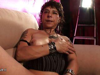 alt brutal Mutter auf Casting Couch masturbieren