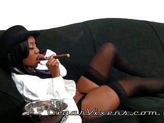 nina raucht eine Zigarre