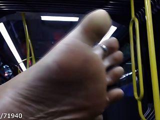 offen Füße und Fußsohlen auf dem Bus