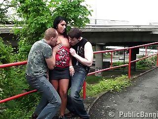 hübsches Mädchen Sex in der Öffentlichkeit Dreier Teil 1