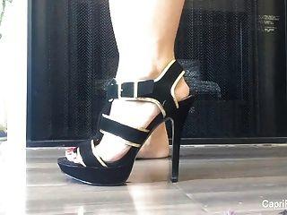 capri zeigt ihre sexy Füße und versucht, auf einige Fersen