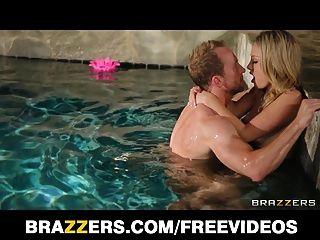 charlee monroe wird nackt und hart in den Pool gefickt