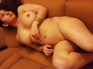 Desi Frau nackt auf dem Sofa
