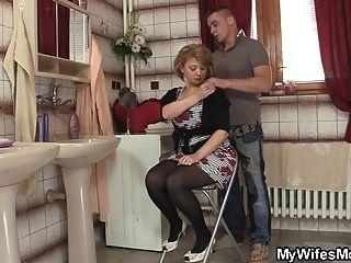 Frau kommt heraus und er knallt ihre heiße Mutter