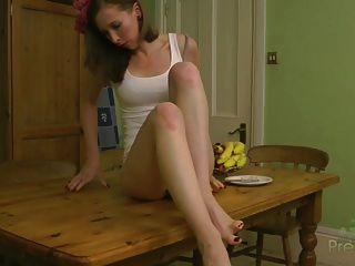 leila bekommt auf dem Tisch nackt
