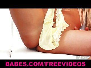 sexy Solo blonde Carla Cox neckt ihre Pussy mit ihrem Höschen