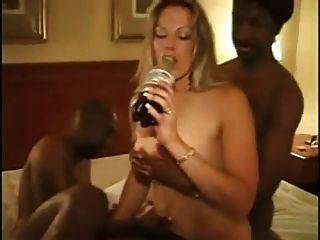 Amateur Frau mit zwei schwarzen Schwänzen.
