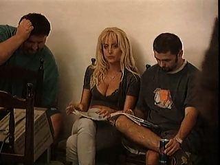 hot Hausmädchen von zwei Jungs für Double Penetration bittet