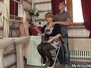 intelligenter Kerl knallt seine Schwiegermutter
