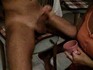 Mädchen trinken Sperma aus Tasse