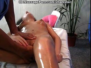 sexy Babe mit langen Haaren will heißen Massage