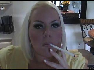 Hot vollbusige Blondine Milf Rauchen Solo