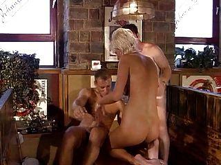 sexy kurzhaarigen Mädchens Double Penetration auf einem Tisch