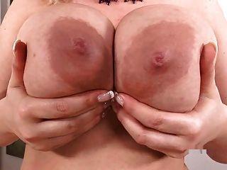 vollbusige sophie mei spielt mit ihren großen Titten