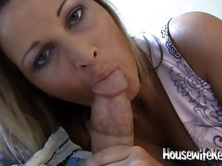 sexy Frau saugt für ihren Mann Hahn und Schwalben