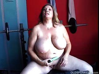 schön mollig Amateur MILF hat einige große Brüste und einen dicken
