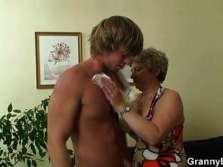 einsame Oma nimmt großen Schwanz