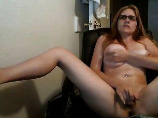 Mädchen Uhren Nocken und spielt mit Pussy bis cums