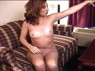 Dildospiele in Strumpfhosen auf der Couch