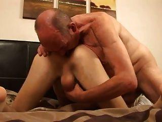 Junge und Papa wollen einander schlecht