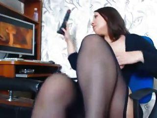 eine Frau mit schönen Kurven Mastubiert einen Porno beobachten