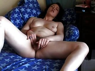 Fett mollig Freund auf der Couch ihre haarige Muschi masturbiert