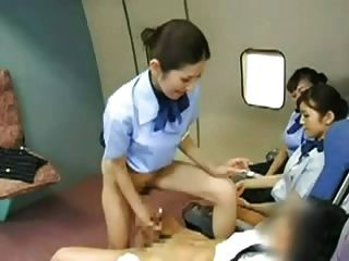 asiatische Stewardess den Kapitän hämmern